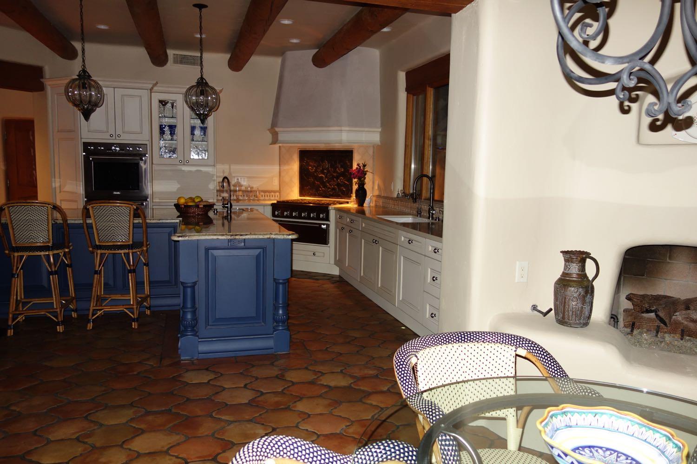 Carefree, Arizona: Piastra camino come paraspruzzi per un fornello in cucina provenienza da https://www.piastredelcamino.com