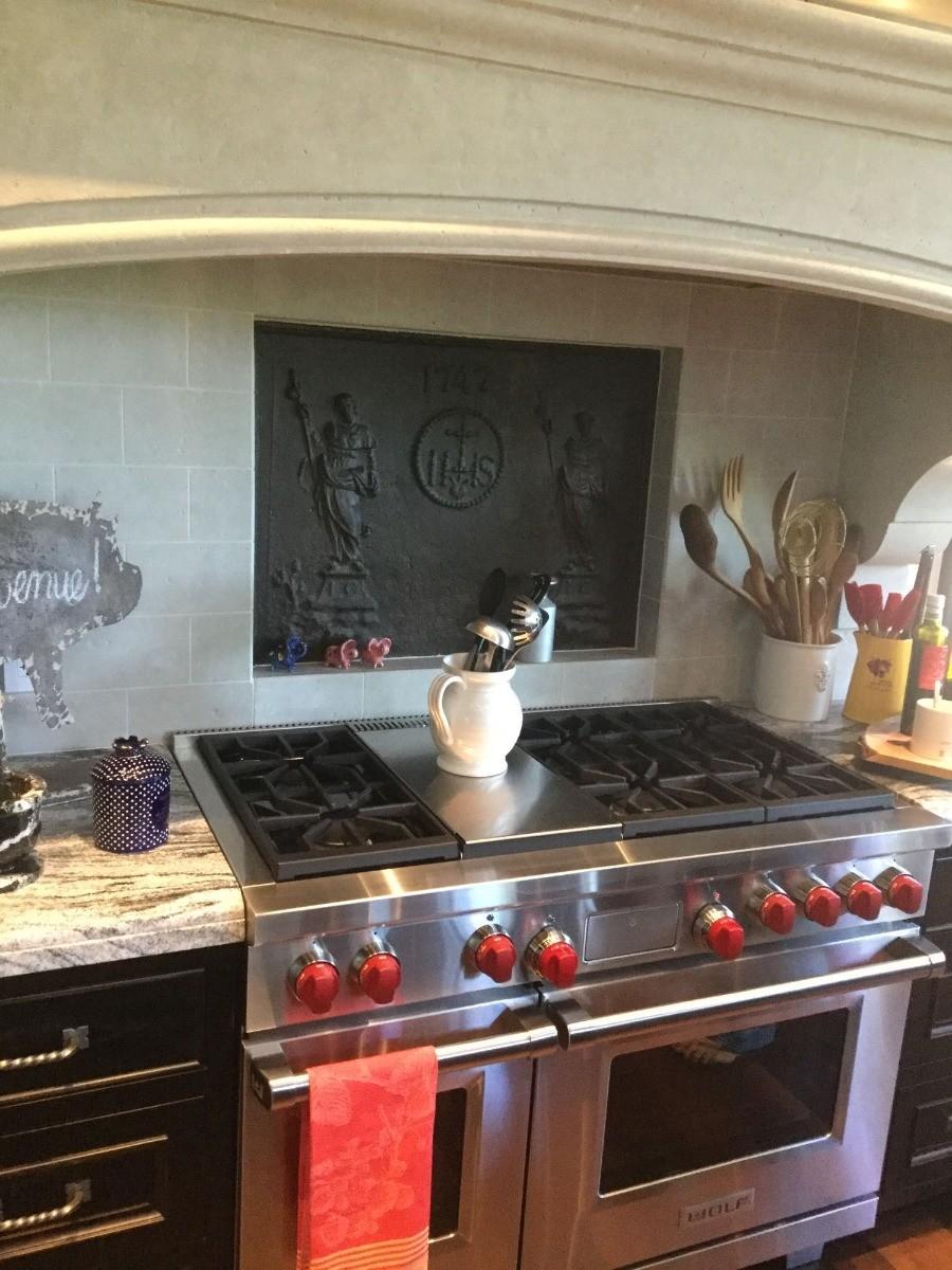 Piastra camino come paraspruzzi per un fornello in cucina provenienza da https://www.piastredelcamino.com