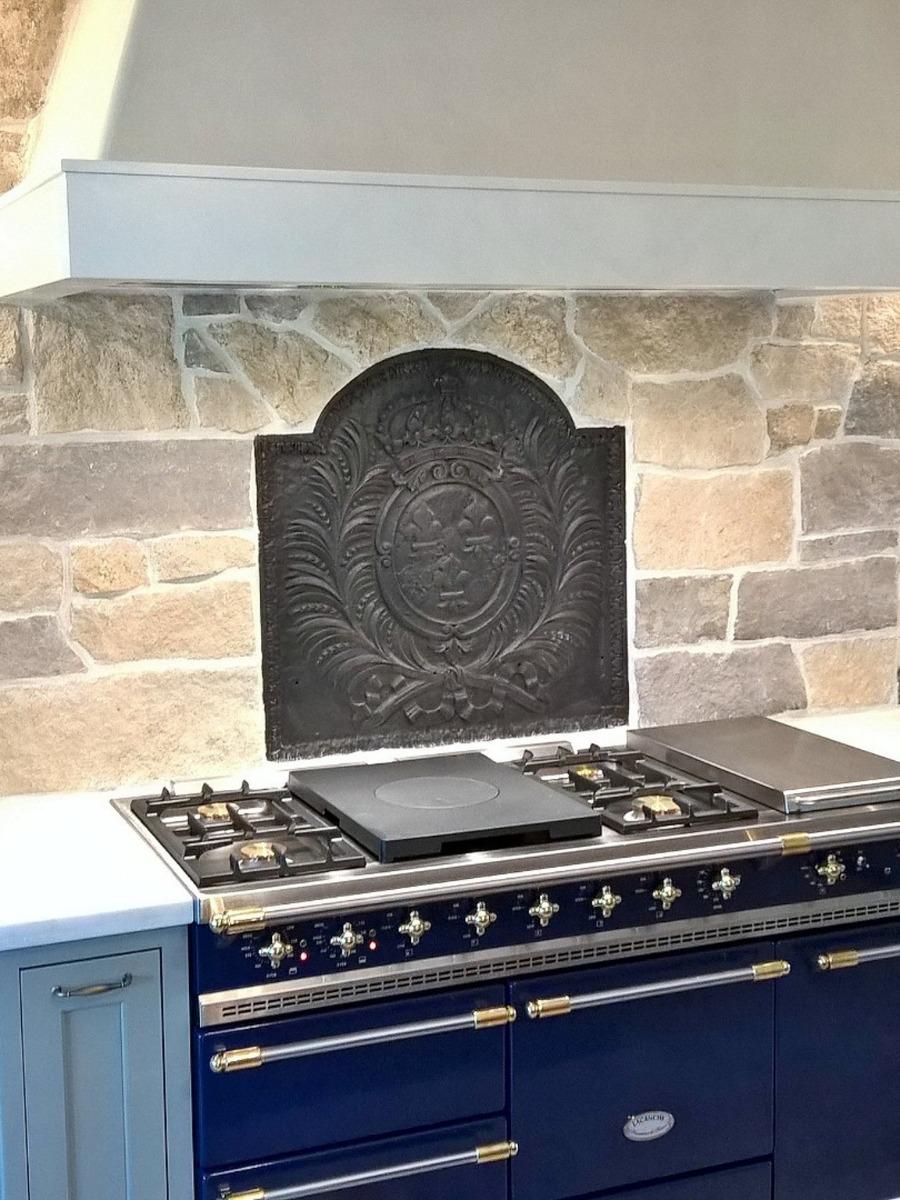 Thornton, Colorado: Piastra camino come paraspruzzi per un fornello in cucina provenienza da https://www.piastredelcamino.com